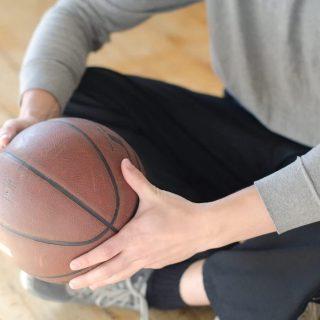 バスケなどのスポーツで指が!突き指を治すための対処法や応急処置5選