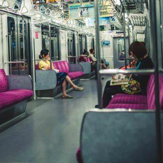 絶対NG!電車やバスでの超絶うざいあるあるな迷惑行為10選