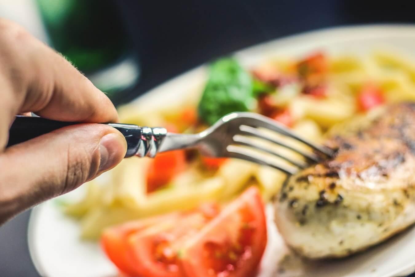 ストレス発散目的の食べ過ぎはNG!やけ食いを防ぐための対策方法4選