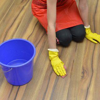 においも汚れも落とす!フローリングの床に灯油をこぼした時の掃除方法5選