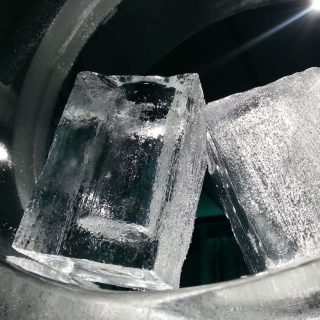 短時間で急速に凍らせる!冷凍庫で氷を早く作る方法3選